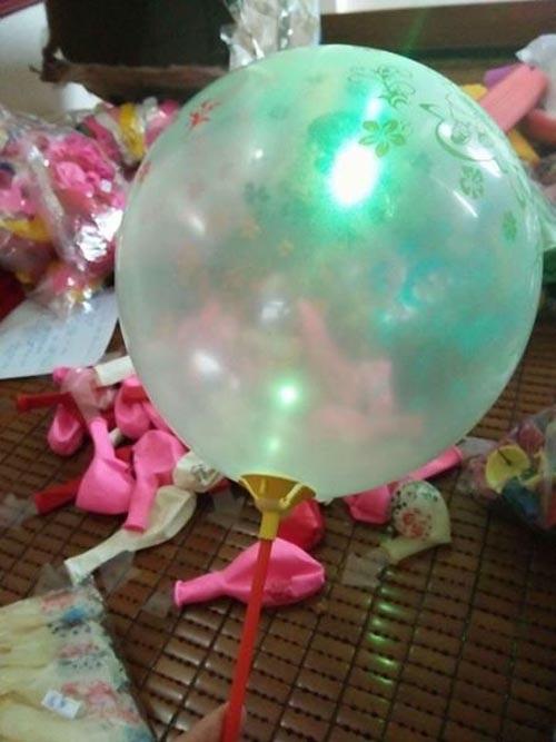 Trên thị trường mới đây cũng xuất hiện loại bóng bay phát sáng hấp dẫn, được bán tràn lan, với giá chỉ 4.000 đồng/quả.