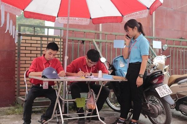 Tình nguyện viên bộ phận xe ôm tập trung từ rất sớm để phân công nhiệm vụ