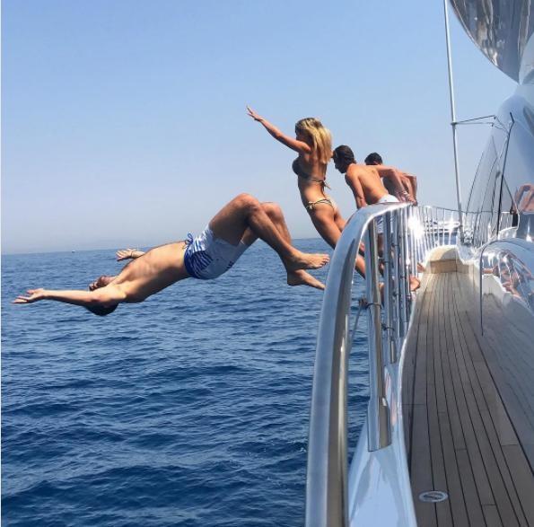 Một số cậu ấm, cô chiêu thích thú nhảy xuống bơi ở vùng biển gần đảo Capri, Ý. (Nguồn: IG)