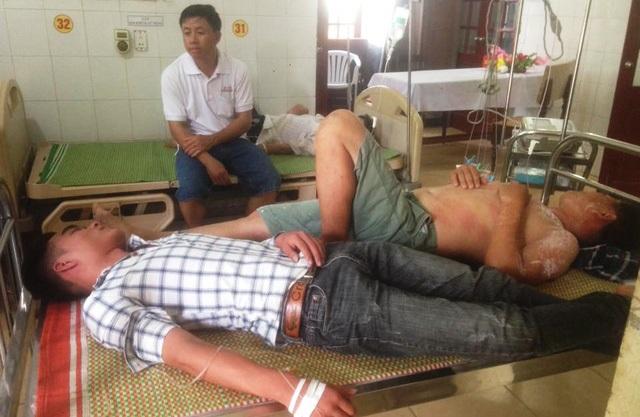 Hai học sinh bị ong đốt được điều trị tại Bệnh viện Đa khoa Thanh Chương. Ảnh: TC