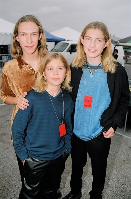 """Bộ ba anh em nhà Hanson, Isaac, Taylor và Zac Hanson cũng đã công phá làng nhạc với album """"Middle of Nowhere"""" cùng bản hit nổi tiếng """"MMMBop"""" trong năm 1997."""