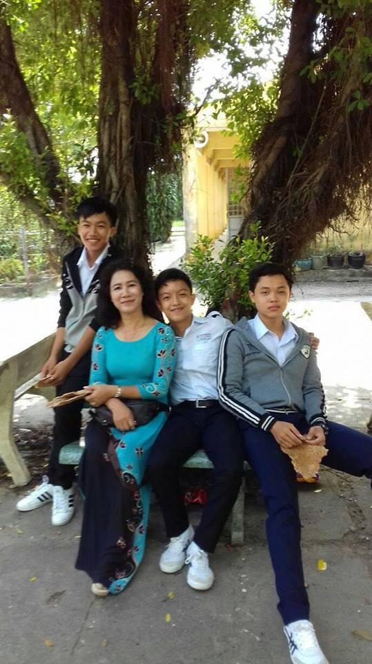 Cô Ngọc Dung tình cảm bên các em học sinh.