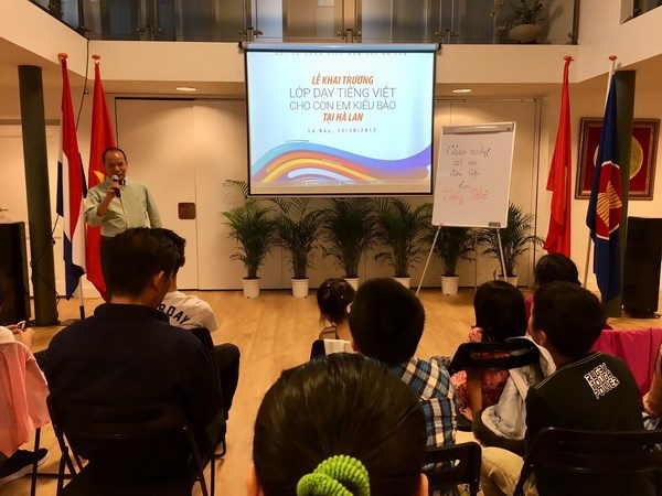 Đại diện Hội người Việt tại Hà Lan phát biểu. (Ảnh: ĐSQ Việt Nam tại Hà Lan)