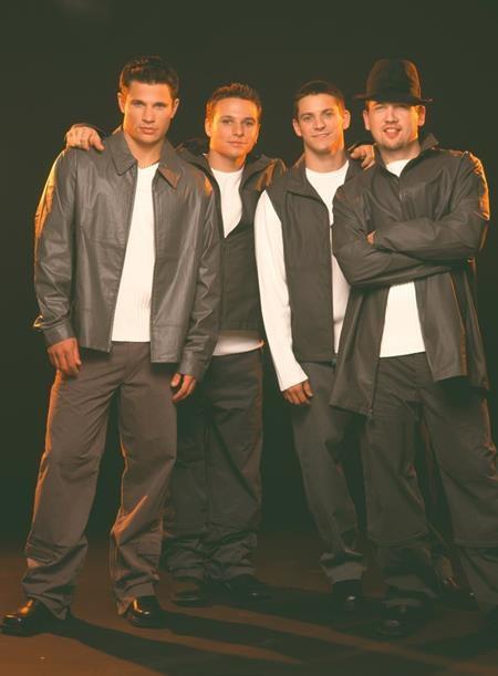 """98 Degrees cũng đã ra mắt album đầu tay vào tháng 7/1997 và nhanh chóng gây """"bão"""" cho làng nhạc thế giới."""