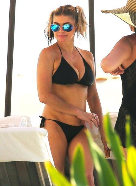 Trong chuyến đi du lịch tại Hawaii hồi hè này, Fergie cũng đã mạnh dạn diện một bộ bikini đen nhỏ xíu