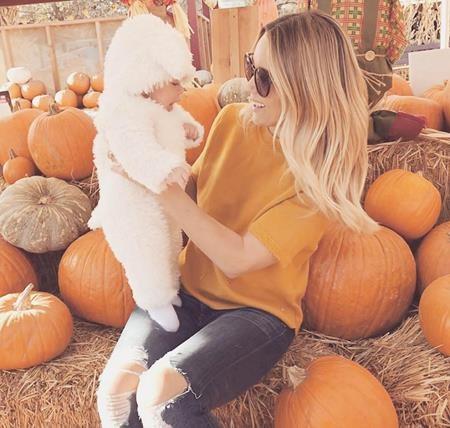 """Ngay từ những ngày giữa tháng 10, người đẹp Lauren Conrad đã """"hô biến"""" cậu con trai ba tháng tuổi Liam thành một chú cừu dễ thương với vô số trái bí đỏ xung quanh."""
