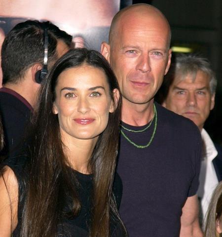 Sau khi li dị vào năm 1998, Bruce Willis và Demi Moore vẫn là những người bạn gần gũi nhất với nhau. Thậm chí, Bruce Willis còn rất thân thiết và quý mến người chồng sau của Demi Moore là Ashton Kutcher.
