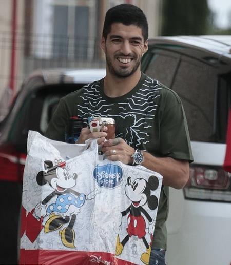 Luis Suarez háo hức mang quà tới tặng bé Thiago