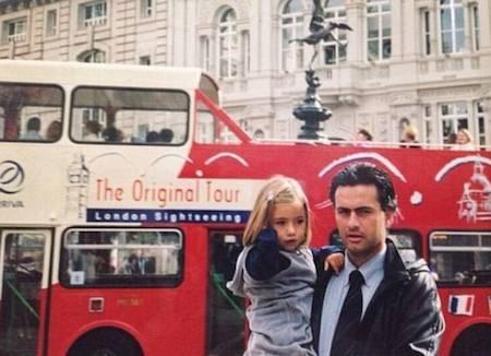 Mourinho chia sẻ một hình ảnh đáng nhớ của hai cha con trong quá khứ