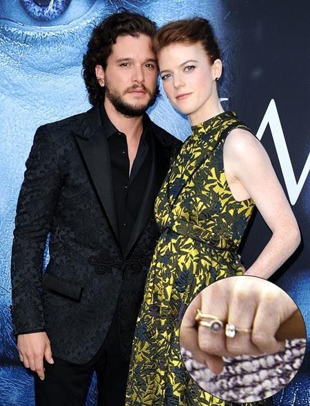 """Gặp gỡ nhau trên phim trường của """"Game of thrones"""", Rose Leslie và Kit Harington đã nhanh chóng sa vào lưới tình. Và đến hôm 27/9 vừa rồi, cặp sao đã báo tin kết hôn với fans hâm mộ, kèm theo một chiếc nhẫn đính hôn lấp lánh."""
