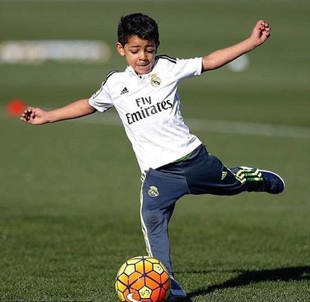 Cậu quý tử Cristiano Ronaldo Jr. vô cùng đam mê trái bóng