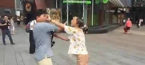 Yêu qua mạng, đến khi gặp mặt cặp đôi xông vào đánh nhau vì quá xấu - 1
