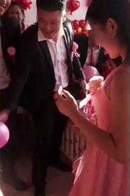TQ: Chú rể ôm phù dâu xinh đẹp khiến cô dâu đòi hủy hôn trong đám cưới - 1
