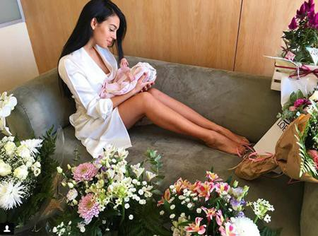 Bạn gái C.Ronaldo chỉ mới sinh con được ít ngày