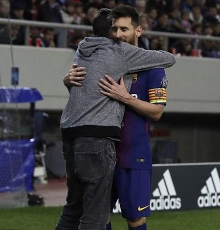 Messi đã bị fan ôm chặt cứng ở hiệp một