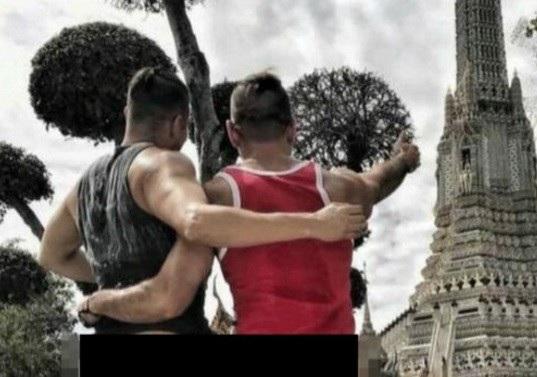 Hai du khách Mỹ chụp ảnh để hở phần dưới tại một ngôi chùa ở Bangkok