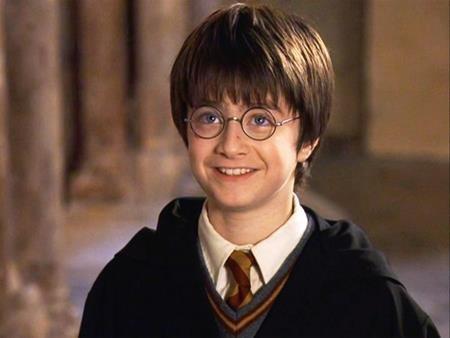 """""""Cậu bé phù thủy"""" Daniel Radcliffe dĩ nhiên cũng có mặt trong danh sách này. Hồi tham gia phần phim đầu tiên của """"Harry Potter"""", Daniel """"chỉ"""" được nhận khoảng 145.000 đô la Mỹ. Tuy nhiên, đến khi tham gia phần bảy của loạt phim này, thù lao của """"cậu bé phù thủy"""" đã lên tới 20 triệu đô la Mỹ."""