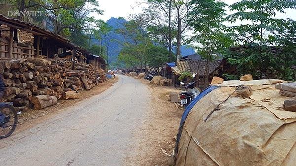 Dọc hai bên đường vào làng là dãy những ngôi nhà và lò nung ngói âm dương.