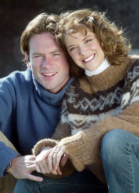 """A.J. Langer và Charles Courtenay lần đầu gặp nhau tại một bữa tiệc vào năm 2002. Theo lời A.J. Langer kể lại thì nữ diễn viên cùng ông xã tương lai chỉ cần một ánh mắt và nụ cười là đã có thể nhận ra mình chính là """"một nửa"""" của đối phương. Và gia đình hạnh phúc hiện tại của cả hai đã chứng minh linh cảm ban đầu là hoàn toàn đúng đắn."""