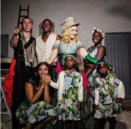 """Madonna có thể là một cái tên nhiều tai tiếng trong làng nhạc nhưng xét về khía cạnh nuôi dạy con cái, """"nữ hoàng nhạc pop"""" lại là một bà mẹ tương đối nghiêm khắc. Madonna từng cấm cô con gái lớn Lourdes hẹn hò, khi chưa đủ 18 tuổi và TV, đồ ăn vặt, tạp chí cũng bị cấm tiệt trong gia đình."""