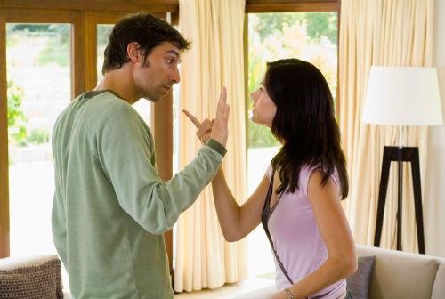 Những vết nứt bắt đầu xuất hiện trong hôn nhân của chúng tôi.