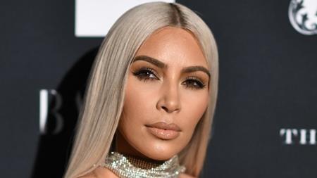 """Kim Kardashian từng thề thốt rằng mình chưa từng đi tiêm botox hay động chạm tới dao kéo. Tuy nhiên, các chuyên gia thẩm mĩ đều nhận định cô Kim """"siêu vòng 3"""" từng làm mũi, gọt cằm và thực hiện rất nhiều thủ thuật thẩm mĩ khác. Thậm chí, Kim Kardashian còn từng chi ra hơn 6.000 đô la Mỹ đi bơm mông để có được vòng 3 siêu khủng như hiện tại. Sau khi sinh hạ cô con gái North, Kim Kardashian còn tiếp tục bỏ ra 20.000 đô la Mỹ để bơm mỡ từ vùng bụng xuống hông và mông. Đặc biệt, cô Kim còn đi tiêm filler với chi phí dao động mỗi lần từ 300 đến 700 đô la Mỹ nhưng mỗi năm đều phải đi tiêm ít nhất một lần."""