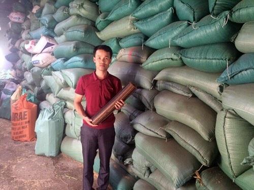 Anh Đỗ Văn Trung giới thiệu sản phẩm củi trấu siêu nhiệt. ảnh: Lê Bích