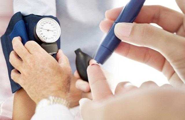 Mặc dù hiện nay chưa có thuốc chữa khỏi bệnh Đái tháo đường nhưng bạn hoàn toàn có thể phòng tránh được căn bệnh này. Bên cạnh việc thường xuyên kiểm tra sức khỏe định kỳ, xét nghiệm máu, nước tiểu để phát hiện bệnh sớm thì duy trì một chế độ ăn uống cân bằng, sống lành mạnh, tập thể dục đều đặn sẽ giúp bạn phòng tránh được đến 70% nguy cơ mắc bệnh Đái tháo đường típ 2 và có cuộc sống vui khỏe. Ngoài ra, khi chẳng may mắc Đái tháo đường, nếu được chữa trị tốt và các bệnh nhân chịu thay đổi chế độ ăn uống, hoạt động thích hợp thì họ có cơ hội sống thọ như những người khỏe mạnh bình thường.