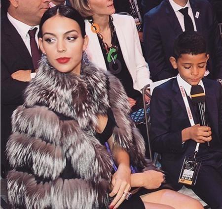 Georgina rất quấn quýt với gia đình C.Ronaldo