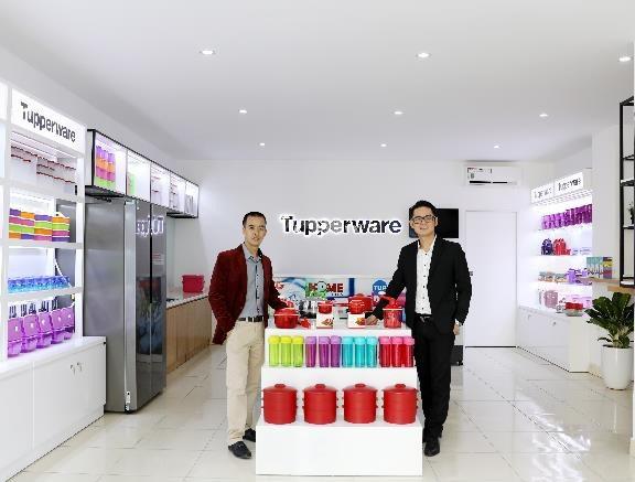Anh Cao Văn Tường và anh Lâm Minh Hải – Trưởng đại diện Tupperware Việt Nam khu vực phía Bắc