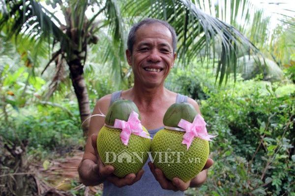 Ông Nguyễn Hoàng Phúc bên trái dừa hồ lô của mình.