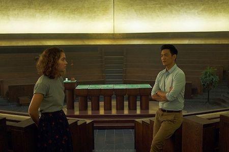 """""""Columbus"""" là bộ phim lãng mạn đến lạ kì của hai người bạn khác giới. Vừa đẹp đẽ lại vừa chân xác, tác phẩm đầu tay mà đạo diễn Kogonada nhào nặn còn được ví von là sự cân bằng đến hoàn hảo giữa hy vọng và sầu muộn."""