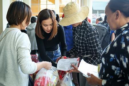 Dù bận rất nhiều lịch diễn dịp Giáng sinh và cuối năm nhưng bộ ba nghệ sĩ Ái Phương, Only C, Phương Ly vẫn sắp xếp thời gian, nhiệt tình tham gia chuyến thiện nguyện để chia sẻ, tặng quà cho người dân trong những ngày cuối năm.