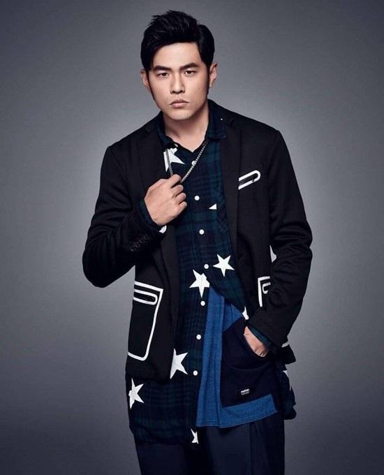 Châu Kiệt Luân đứng thứ ba với 900 tỷ đồng. Năm 2017, nam ca sĩ có nhiều hoạt động ca hát sôi nổi. Đặc biệt là doanh thu khổng lồ từ concert của mình.