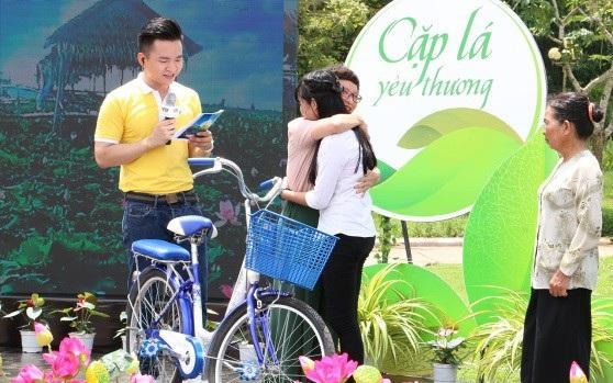 Bà Trần Hoài Anh – Phó TGĐ Hải Phát Invest đang trao phần quà là chiếc xe đạp cho em Võ Thị Ngọc Tuyền