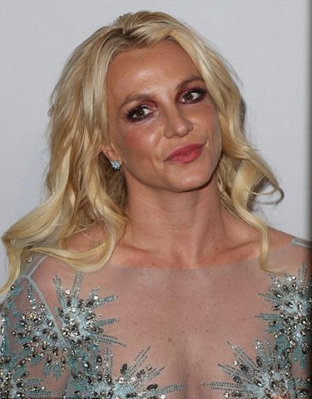 """Tại bữa tiệc mừng lễ trao giải Grammy vừa qua, Britney Spears đã khiến nhiều fan nam phải đỏ mặt khi diện một bộ váy xuyên thấu, """"thả rông"""" vòng một. Tuy nhiên, do cách trang điểm không phù hợp nên """"công chúa nhạc pop"""" lại lộ vẻ già nua khác hẳn với vẻ sexy, quyến rũ thường thấy"""