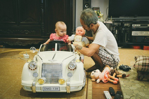 Thời gian rảnh, diễn viên Chu Hùng ở nhà chơi với cháu gái gần 1 tuổi.
