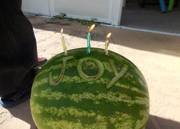 Sinh nhật mẹ không có bánh sinh nhật? Không sao, con trai đã có quả dưa hấu này