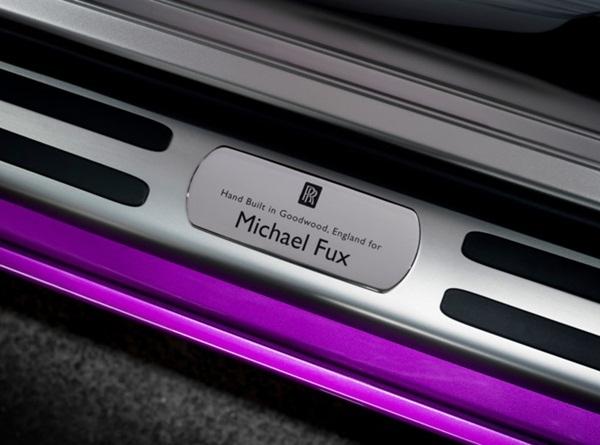 """Trên bệ cửa ghi rõ dòng chữ """"Chế tạo thủ công tại Goodwood, Anh, dành riêng cho ngày Michael Fux"""" như để thể hiện sự trân trọng từ Rolls – Royce đến ngài tỷ phú."""
