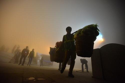 Những ngày đông khách, các công nhân môi trường phải dọn rác tới tận 21 giờ đêm mới tạm xong việc, rồi họ lại tiếp tục hành trình vượt ngàn bậc thang xuống núi để về nhà.