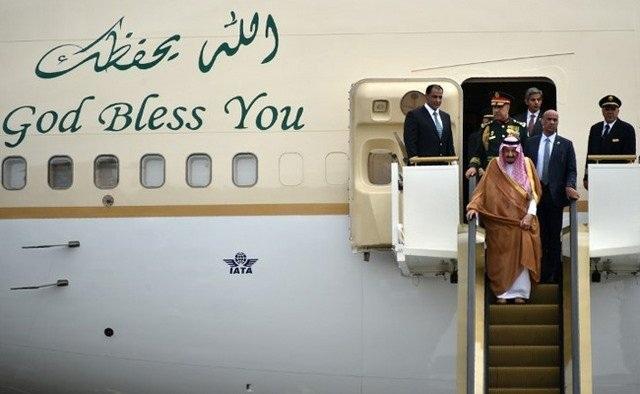 Vua Salman bước xuống từ thang máy dát vàng.