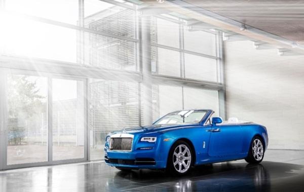 Trước đó, vào năm 2016, Fux sở hữu chiếc Rolls – Royce 'hàng thửa' đầu tiên, mang tên Fux Blue Down. Sắc xanh nước biển yêu thích của ông được xử lý trên máy tính, tạo nên một màu sơn độc nhất vô nhị, phủ toàn bộ phần thân xe.