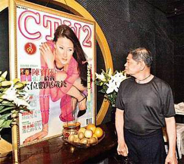 Hoàng Nhậm Trung trước di ảnh của người tình.