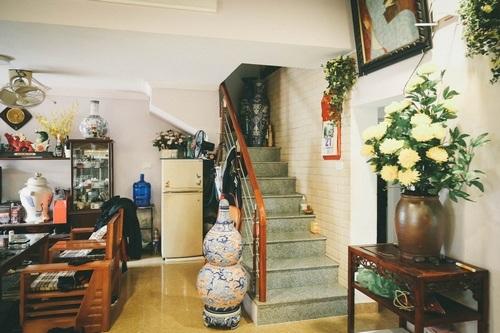 Cầu thang lên phòng gác xếp tầng 3 - nơi ở của con trai út diễn viên Chu Hùng.