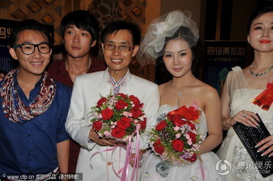 Đặng Kiến Quốc và Hoàng Tử Kỳ trong hôn lễ