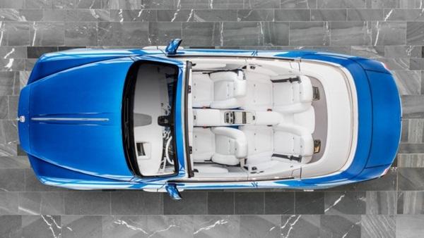 Nội thất trong xe toàn bộ là da thuộc màu trắng, cùng với đó là thảm sàn bằng lông cừu màu xanh dương và vô lăng chế tạo thủ công, tạo nên sự tinh tế đến hoàn mỹ.