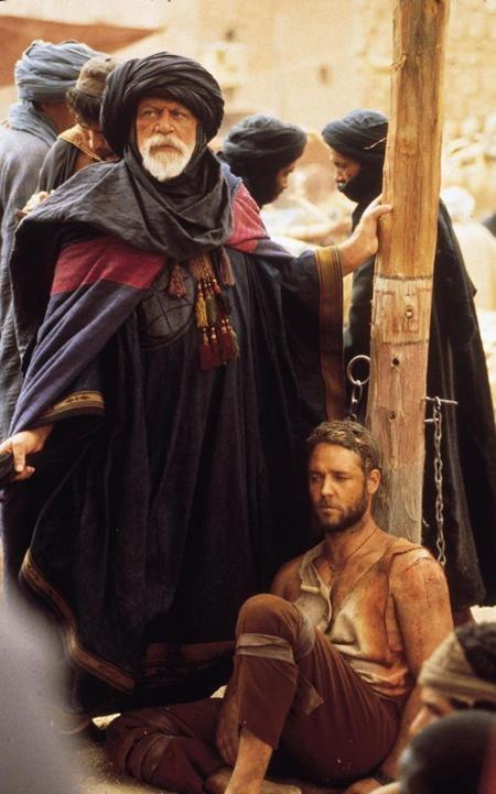 """Do Oliver Reed qua đời ngay trong lúc đang thực hiện bộ phim """"Gladiator"""" hồi năm 1999 nên đạo diễn Ridley Scott đã phải sử dụng thế thân và công nghệ CGI để hoàn thành nốt các cảnh quay của nam tài tử. Ước tính, chi phí phát sinh đã lên tới 3.2 triệu đô la Mỹ chỉ cho vài phút Oliver Reed lên hình."""