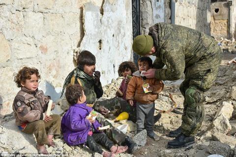 Quân nhân Nga chăm sóc cho 1 nhóm trẻ em ở Aleppo