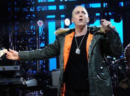 """Khi trình diễn ca khúc """"Bezerk"""" trong chương trình """"Saturday night live"""", dù chỉ có mình nhà sản xuất Rick Rubin ngồi ở hàng ghế khán giả nhưng ông hoàng nhạc rap Eminem vẫn quyết định trổ tài hát nhép. Tuy nhiên, màn hát nhép của Eminem lại lộ liễu đến mức sau này, chính ông hoàng nhạc rap phải lên tiếng thừa nhận mình đã sử dụng một bài hát thu âm sẵn để hỗ trợ."""