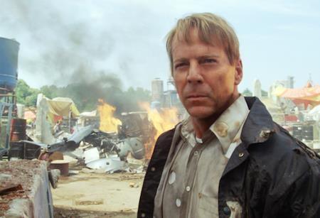 """Hồi năm 2009, công nghệ CGI vẫn chưa thực sự phổ biến như bây giờ. Tuy vậy, các nhà sản xuất vẫn có thể xoa tay hài lòng khi chứng kiến CGI đã """"hô biến"""" nam tài tử Bruce Willis trẻ lại hàng chục tuổi trong tác phẩm """"Surrogates""""."""